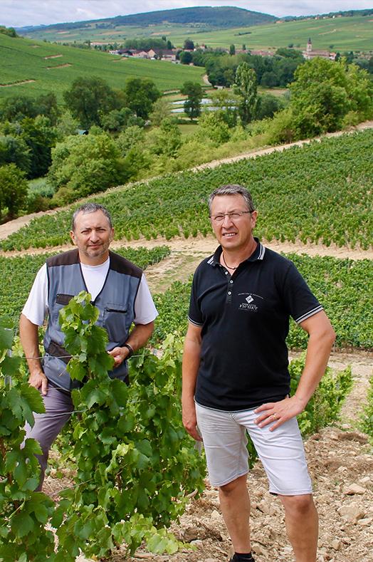 Pierre-Yves et Olivier FICHET sur parcelle La Cra vue sur le village d'Igé